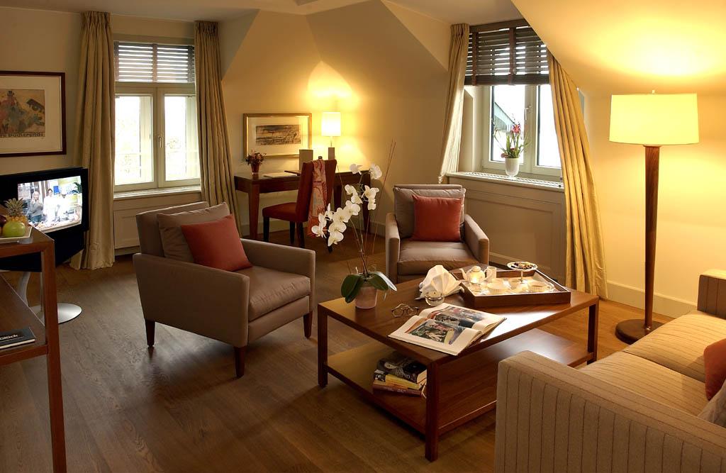 Wohnbereich mit Couch und Tisch