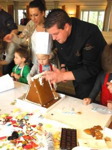 Kinder backen mit einem Küchenchef Lebkuchenhäuser