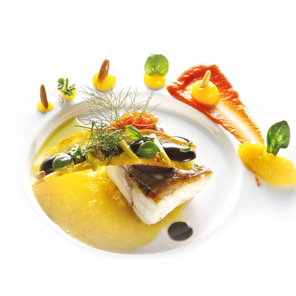Loup de mer mit Paprika, Orangen, Lorbeer, Pinienkernen und Oliven