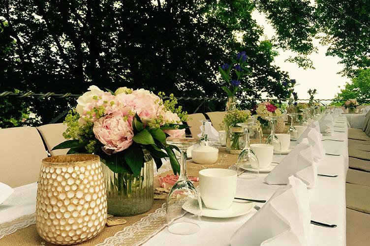 Hochzeitstafel auf der Terrasse